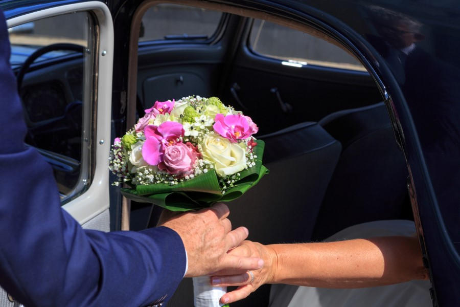 Overhandigen trouwboeket